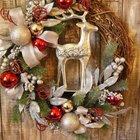 Рождественский венок из виноградной лозы и елочных игрушек с оленем в центре.