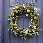 Рождественский венок на двери с шишками и яблоками.