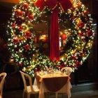 Рождественский венок не обязан быть маленьким. Этот огромный венок может украсить большие помещения.