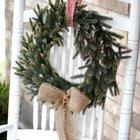 Скромный рождественский венок из елочных веточек с бантом из мешковины. (новый год,рождество,елка,подарки,декор,елочные игрушки,хвоя,гирлянды,конфети,сделай сам,самоделки)