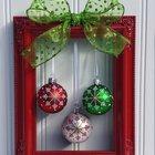 Совершенно необычная рождественская композиция из красной рамы с елочными шарами и зеленым бантиком, которую язык не поворачивается назвать венком.