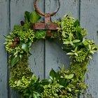 Традиционный материал для венка - хвоя, но можно использовать и другие зеленые растения - плющ, эвкалипт и даже мох.