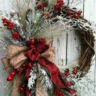 Традиционный рождественский венок из виноградной лозы, разноцветных бантов и веточек ягод и хвои.