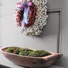 Традиционный венок из красных и белых ягод подойдет к скандинавскому интерьеру. (новый год,рождество,елка,подарки,декор,елочные игрушки,хвоя,гирлянды,конфети,сделай сам,самоделки)