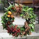 Венок из разнообразной зелени, сушеных ягод, апельсиновых шкурок, красного перца и рябины.