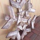 Замечательное уличное новогоднее украшение в виде снежинки из отходов досок окрашенных белой краской.