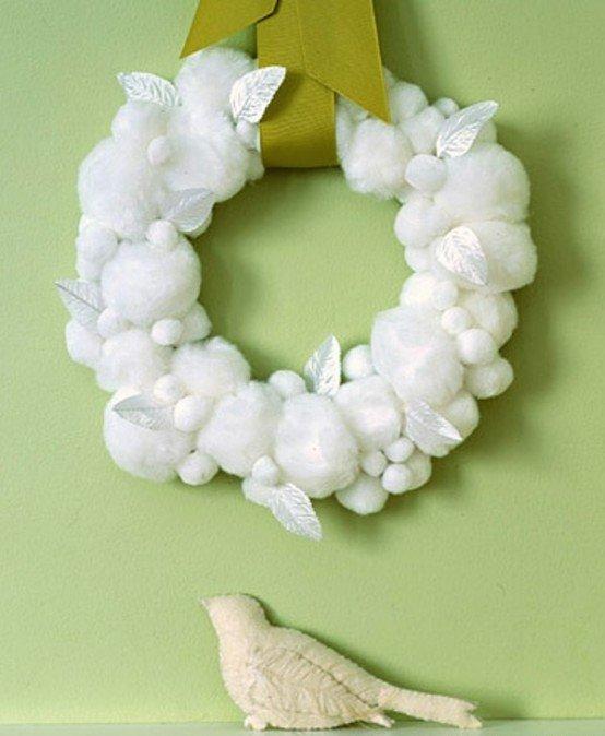 Белый рождественский венок из шариков шерсти и  белых листиков.