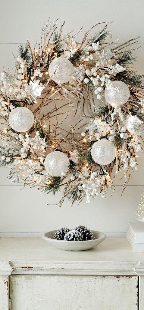 Белый рождественский венок с хвоей и светодиодной гирляндой.
