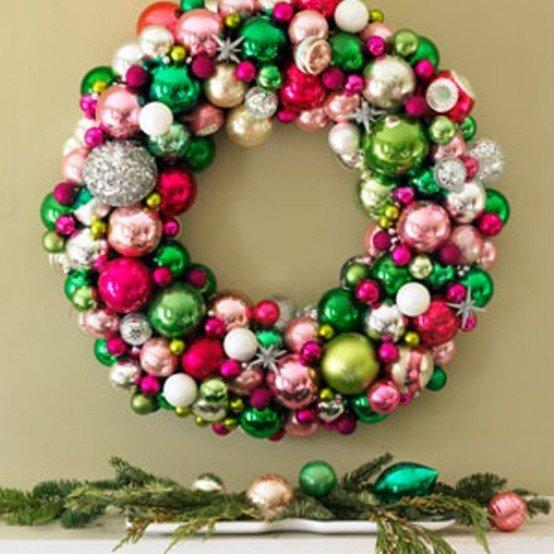 Богато выглядящий рождественский венок из разноцветных елочных шаров