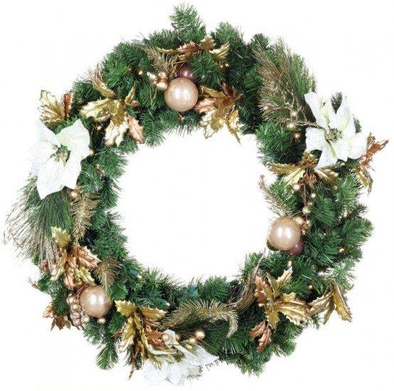 Хвойный венок украшенный традиционным елочным декором - цветами, листиками и шарами