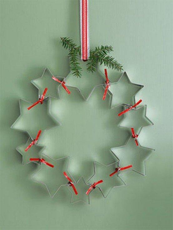 Креативный рождественский венок из форм для выдавливания печенья из теста в форме звездочек.