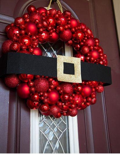 Рождественский венок из красных елочных шаров разного размера