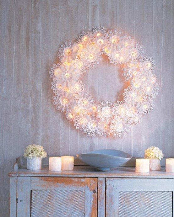 Рождественский венок из кружев и светодиодной гирлянды.