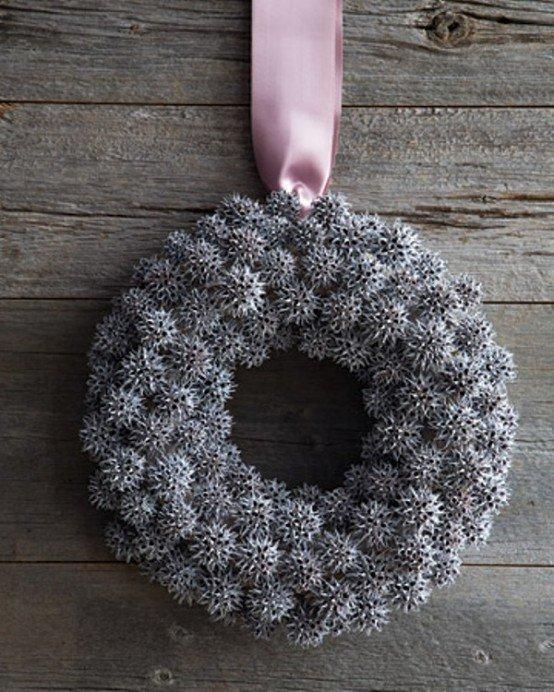 Рождественский венок из подкрашенных белой краской колючек.