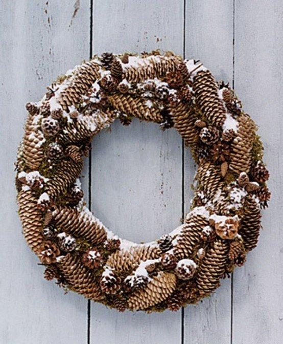 Рождественский венок из разных шишек украшает входную дверь.