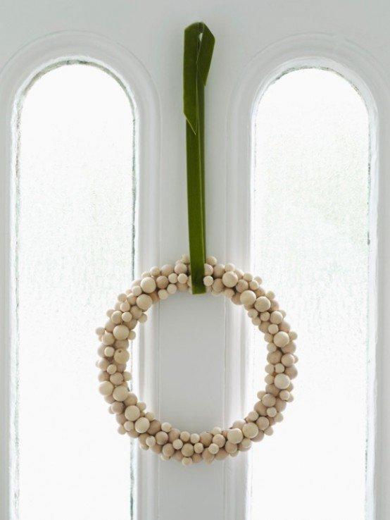 Скромный венок их простых деревянных шариков.