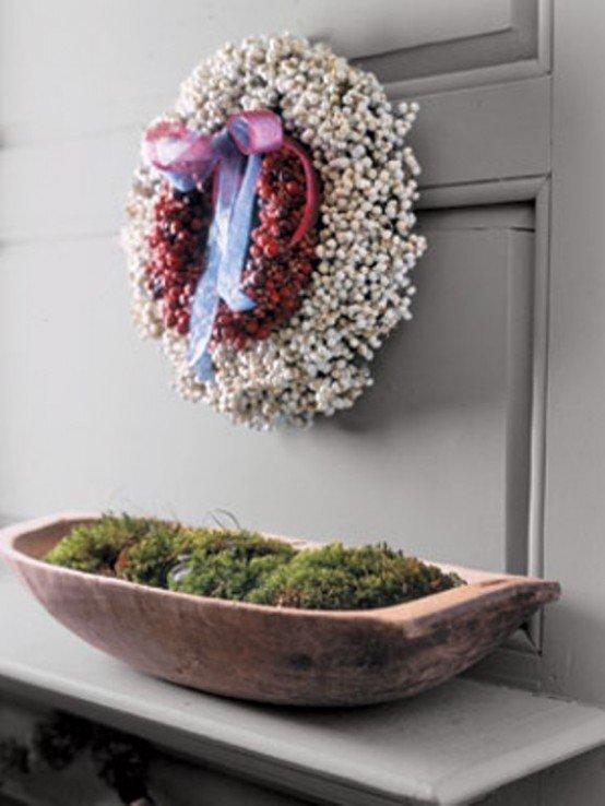 Традиционный венок из красных и белых ягод подойдет к скандинавскому интерьеру.