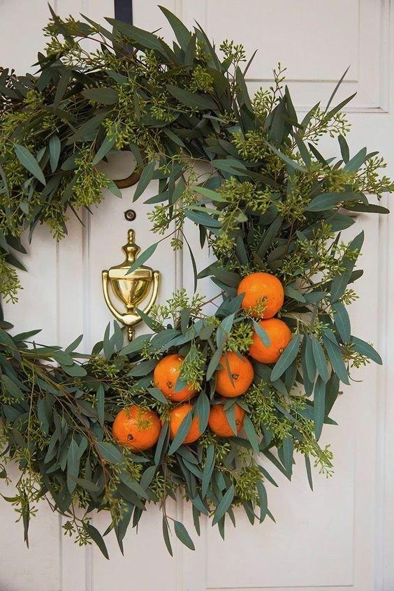 Венок на дверь из зелени и апельсинчиков.