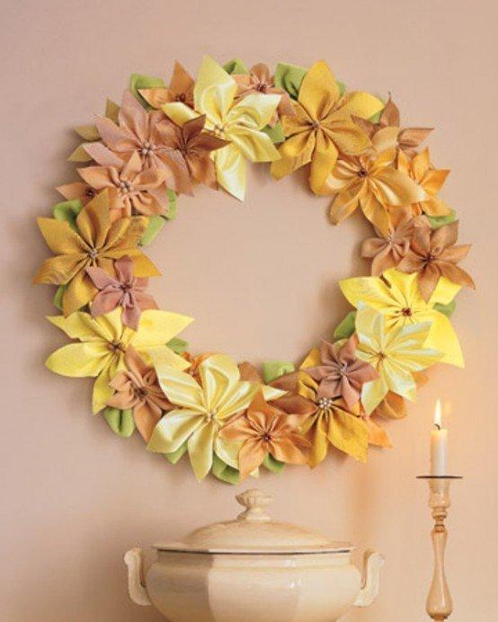 Яркий рождественский венок из крупных искусственных цветов.