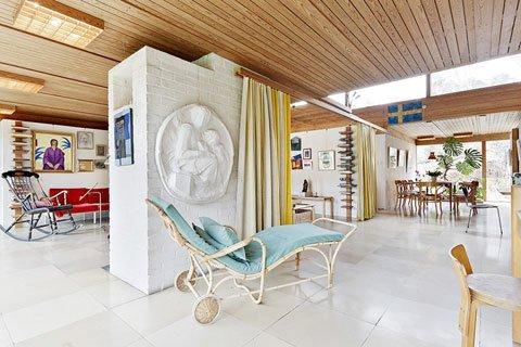 Камин в центре жилой комнаты согревает весь дом, поэтому выполнен массивным из кирпича