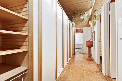 Коридор между детскими спальнями и гостиной. Он образован вместительным плательным шкафом с полками и выдвижными ящиками.