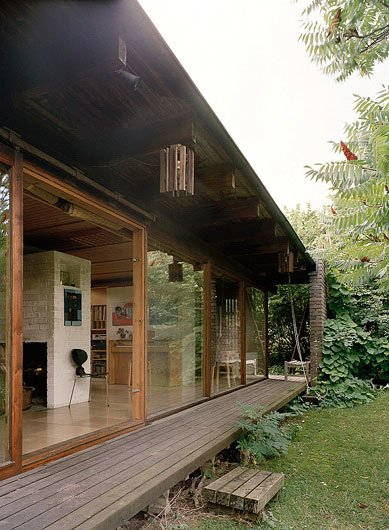 Раздвижные стеклянные двери позволяют стереть границу внутреннего и внешнего пространства.