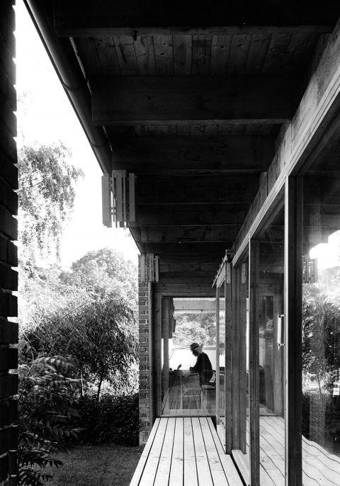 Терраса вдоль южного фасада дома. В дальней части виден кабинет архитектора