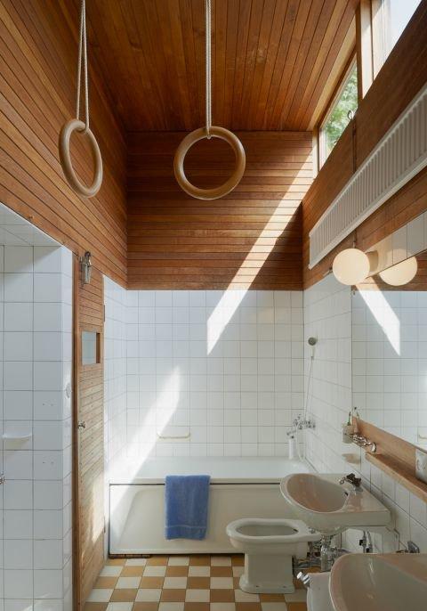 Ванная комната ярко освещена благодаря высоко расположенному окну выходящему на южную сторону.