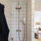 Душ спрятан за углом от двери в ванную комнату. Сама ванная комната расположена напротив прихожей между жилой частью дома и спальнями. (маленький дом,архитектура,дизайн,экстерьер,интерьер,дизайн интерьера,мебель,скандинавский,скандинавский интерьер,скандинавский стиль,1950-70е,середина 20-го века,медисенчери,медисенчери модерн,модерн,средневекоый модерн,модернизм,mcm,ванна,санузел,душ,туалет,дизайн ванной,интерьер ванной,сантехника,кафель,керамика,фото ванной,идеи ванной)