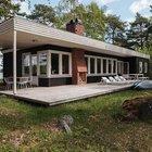 Кирпичный камин на террасе делает дом уютнее и согреет прохладным вечером.