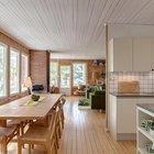 Кухня являясь частью общего жилого пространства отделена от гостиной стеной, поэтому воспринимается обособленным помещением.