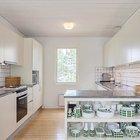 Кухню от столовой отделяет кухонный полуостров с открытыми полками где хранится посуда.
