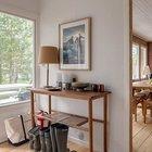 Небольшая прихожая рядом с кухней и столовой соединяет жилую часть дома со спальнями. (маленький дом,архитектура,дизайн,экстерьер,интерьер,дизайн интерьера,мебель,скандинавский,скандинавский интерьер,скандинавский стиль,1950-70е,середина 20-го века,медисенчери,медисенчери модерн,модерн,средневекоый модерн,модернизм,mcm,вход,прихожая,маленькая прихожая,идеи прихожей,оформление прихожей,мебель для прихожей,вешадка для прихожей)