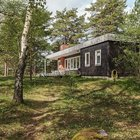 Одноэтажный черный домик великолепно вписывается в лесной пейзаж. (маленький дом,архитектура,дизайн,экстерьер,интерьер,дизайн интерьера,мебель,скандинавский,скандинавский интерьер,скандинавский стиль,1950-70е,середина 20-го века,медисенчери,медисенчери модерн,модерн,средневекоый модерн,модернизм,mcm,на открытом воздухе,патио,балкон,терраса,мебель для террасы,фото террасы,идеи террасы,оформление террасы,гриль,барбекю,фасад)