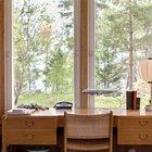 Сидя за письменным столом можно наслаждаться видом из окна. Такой домашний офис - мечта каждого.