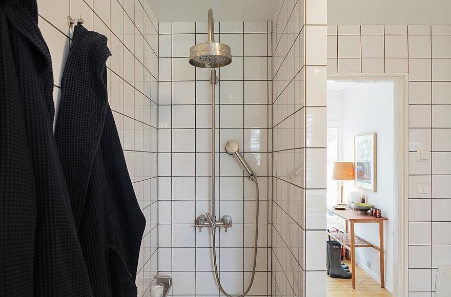 Душ спрятан за углом от двери в ванную комнату. Сама ванная комната расположена напротив прихожей между жилой частью дома и спальнями.