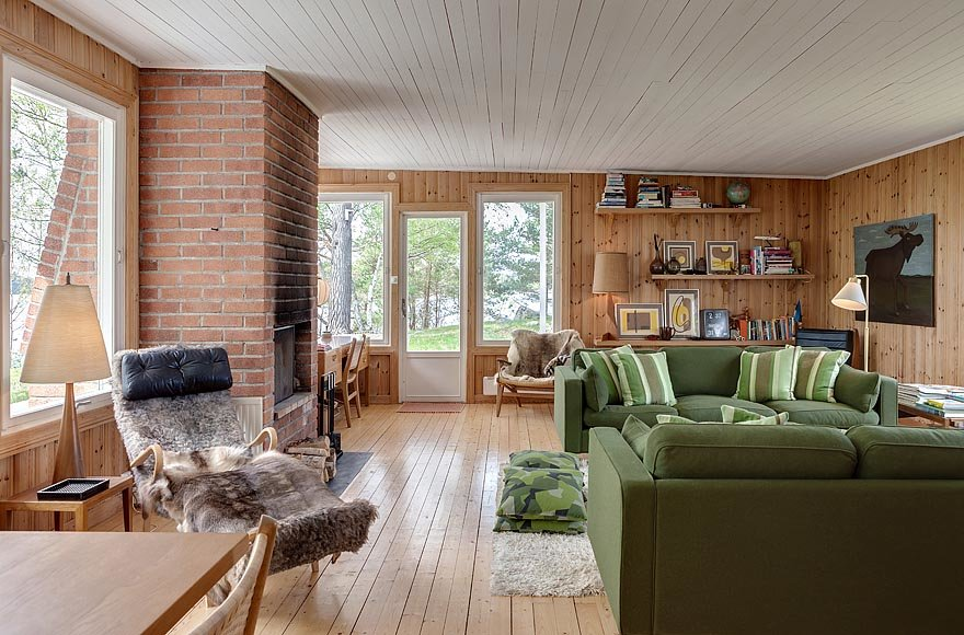 Гостиная светлая и просторная, комната полностью отделана деревом - стены, пол и потолок. Потолок окрашен в белый цвет.