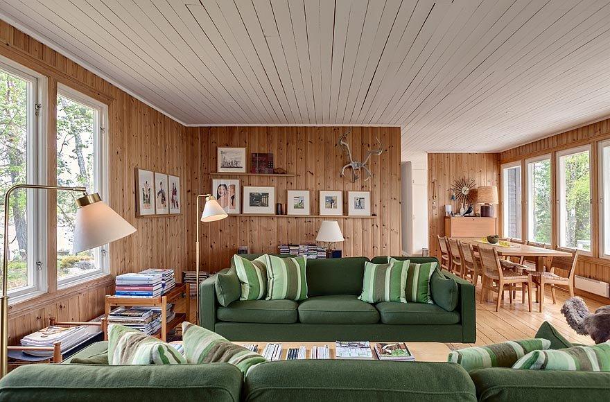 Кухня от гостиной скрыта стеной, а столовая является ее частью.