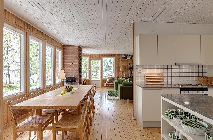 Кухня являясь частью общего жилого пространства отделена от гостиной стеной, поэтому воспринимается обособленным помещением
