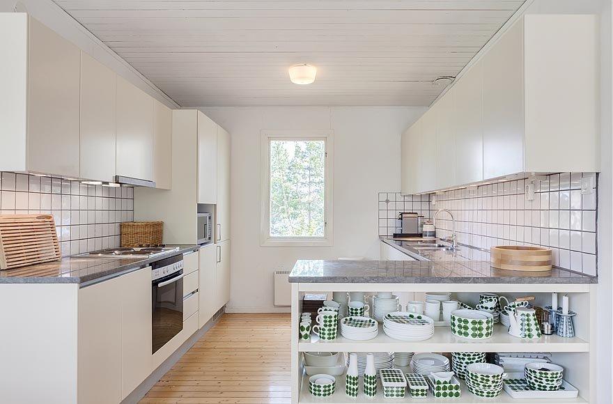 Кухню от столовой отделяет кухонный полуостров с открытыми полками где хранится посуда