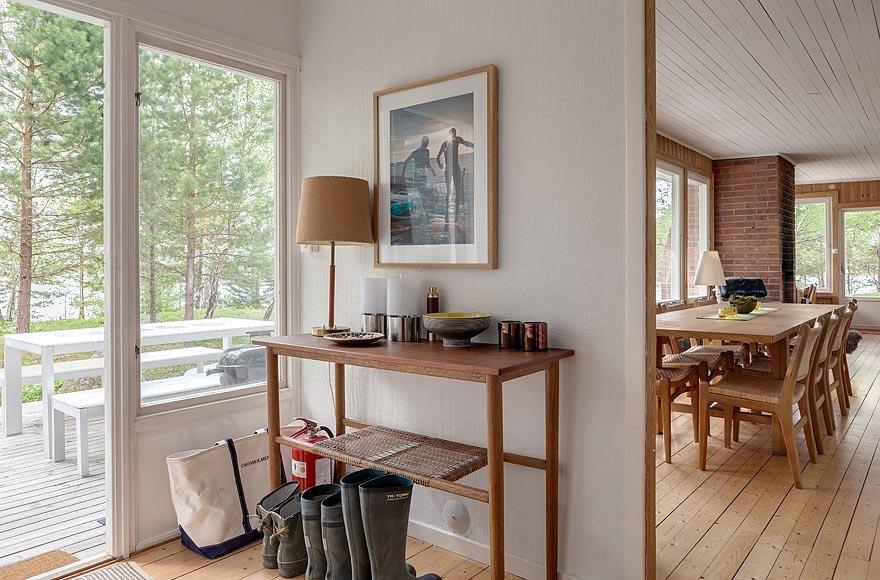 Небольшая прихожая рядом с кухней и столовой соединяет жилую часть дома со спальнями