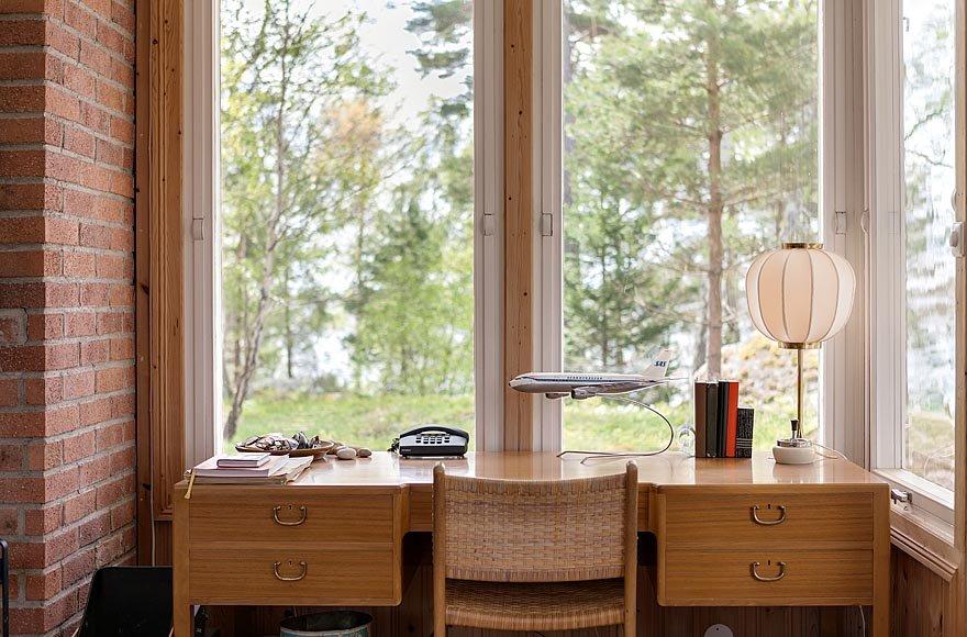 Сидя за письменным столом можно наслаждаться видом из окна. Такой домашний офис - мечта каждого