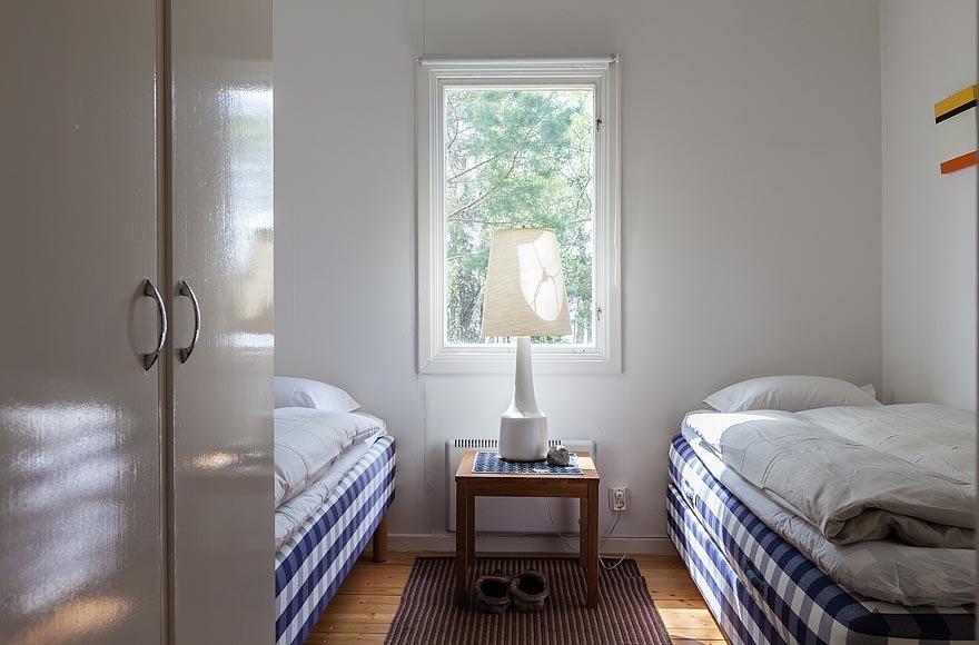 Спальни в доме достаточно маленькие. В них находится только самая необходимая мебель - кровати и плательный шкаф.
