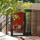 Рядом с домиком предусмотрительно добавлена терраса, поэтому в теплое время года можно вынести стол на улицу.