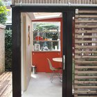 Стеклянная входная дверь выглядит логично в маленьком домике. (архитектура,дизайн,экстерьер,интерьер,дизайн интерьера,мебель,маленький дом,домашний офис,офис,мастерская,фото домашнего офиса,мебель для омашнего офиса,идеи домашнего офиса,компьютерный стол,минимализм,современный,кухня,дизайн кухни,интерьер кухни,кухонная мебель,мебель для кухни,фото кухни,столовая,дизайн столовой,интерьер столовой,мебель для столовой,фото столовой,идеи столовой,вход,прихожая,маленькая прихожая,идеи прихожей,оформление прихожей,мебель для прихожей,вешадка для прихожей)