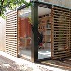 Уникальности дому добавляют сдвижные решетчатые деревянные ставни. Они эффективно защищают внутренне помещение от солнца. (архитектура,дизайн,экстерьер,интерьер,дизайн интерьера,мебель,маленький дом,домашний офис,офис,мастерская,фото домашнего офиса,мебель для омашнего офиса,идеи домашнего офиса,компьютерный стол,минимализм,современный,на открытом воздухе,патио,балкон,терраса,мебель для террасы,фото террасы,идеи террасы,оформление террасы,гриль,барбекю,вход,прихожая,маленькая прихожая,идеи прихожей,оформление прихожей,мебель для прихожей,вешадка для прихожей,фасад)