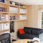 В небольшом помещении  раскладной диван служит спальным местом, когда это необходимо. Еще одно низко расположенное окно добавлено специально для того чтобы с дивана можно было бы смотреть в окошко на улицу. (архитектура,дизайн,экстерьер,интерьер,дизайн интерьера,мебель,маленький дом,домашний офис,офис,мастерская,фото домашнего офиса,мебель для омашнего офиса,идеи домашнего офиса,компьютерный стол,минимализм,современный,гостиная,дизайн гостиной,интерьер гостиной,мебель для гостиной,фото гостиной,идеи гостиной,столовая,дизайн столовой,интерьер столовой,мебель для столовой,фото столовой,идеи столовой)
