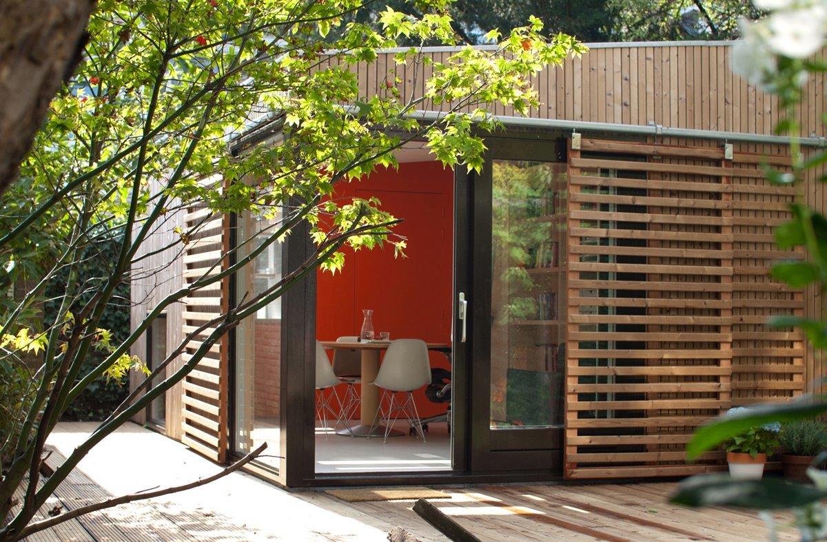 Рядом с домиком предусмотрительно добавлена терраса, поэтому в теплое время года можно вынести стол на улицу