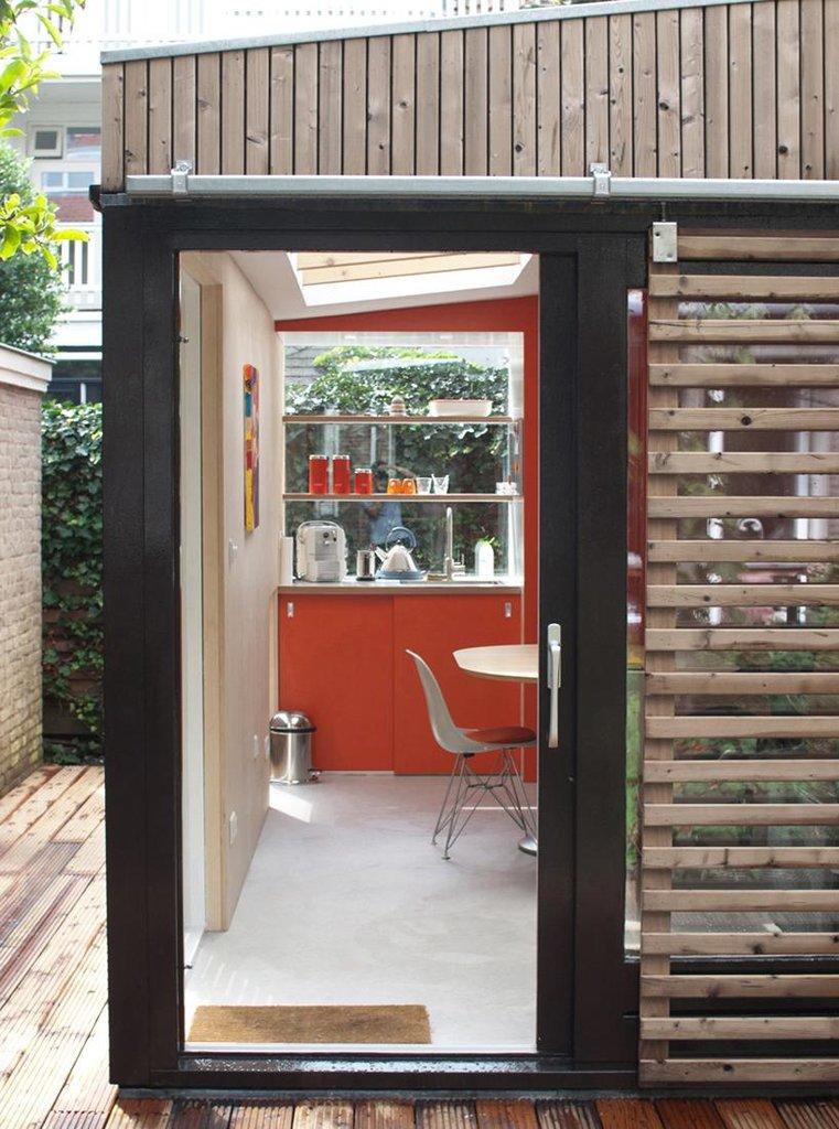 Стеклянная входная дверь выглядит логично в маленьком домике.