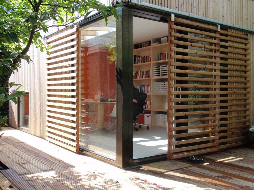 Уникальности дому добавляют сдвижные решетчатые деревянные ставни. Они эффективно защищают внутренне помещение от солнца.